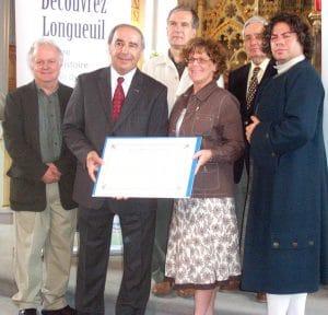 L'historien Michel Pratt, président et directeur général de la Société historique et culturelle du Marigot, et le maire de Longueuil, Claude Gladu, lors de la remise par la Commission de toponymie du Québec du certificat authentifiant la nomination de l'îlot de la Baronnie en 2007.
